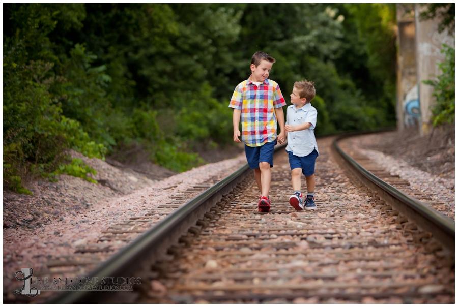 04-minneapolis-st-paul-minnesota-family-sibling-brothers-photography-railroad-tracks
