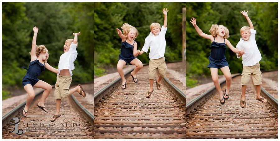 07-minneapolis-st-paul-minnesota-family-siblings-photography-railroad-tracks-jumping