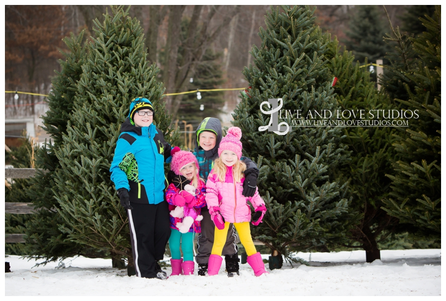 St-Paul-Minneapolis-Lake-Elmo-MN-Family-Winter-Tree-Farm-Photography_0002.jpg