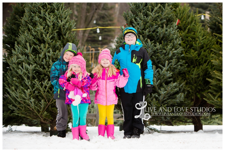 St-Paul-Minneapolis-Lake-Elmo-MN-Family-Winter-Tree-Farm-Photography_0003.jpg
