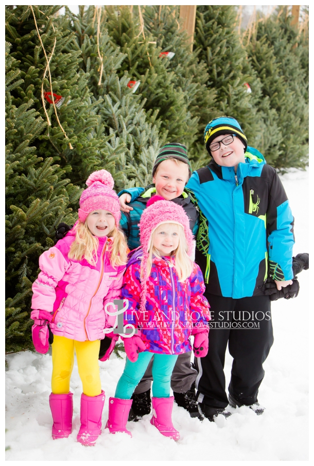 St-Paul-Minneapolis-Lake-Elmo-MN-Family-Winter-Tree-Farm-Photography_0010.jpg